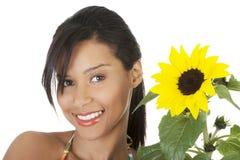 Lycklig sommarflickastående med solrosen Fotografering för Bildbyråer