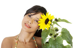 Lycklig sommarflickastående med solrosen Arkivbilder