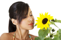 Lycklig sommarflickastående med solrosen Royaltyfri Fotografi