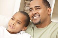 lycklig son för afrikansk amerikanfamiljfader Arkivbild