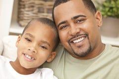 lycklig son för afrikansk amerikanfamiljfader Arkivbilder