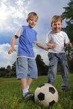 lycklig spelrumfotboll för pojke Arkivfoto