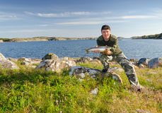 Lycklig sportfiskare i härligt landskap Arkivbild