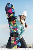 Lycklig sportswoman med snowboarden Royaltyfria Bilder