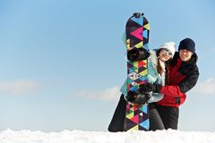 Lycklig sportswoman med snowboarden Royaltyfri Foto
