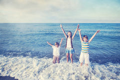 Lycklig spring för barn på stranden Royaltyfria Bilder