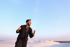 Lycklig stående av den manliga araben, som ler och jublar i liv, st Arkivfoton