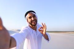 Lycklig stående av den manliga araben, som ler och jublar liv, standi Arkivfoton
