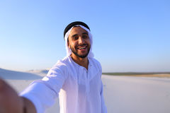 Lycklig stående av den manliga araben, som ler och jublar liv, standi Royaltyfria Bilder