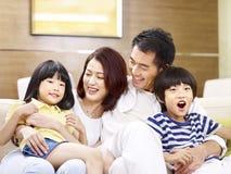 lycklig stående för asiatisk familj royaltyfri foto