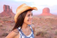 Lycklig stående för cowgirlkvinna i monumentdalen Royaltyfri Bild