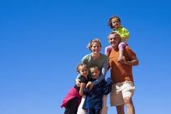 lycklig stående för familj Arkivbild