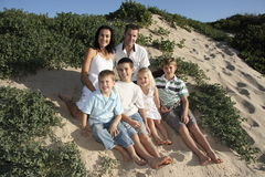 lycklig stående för familj Arkivbilder