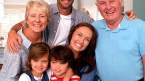 lycklig stående för familj stock video