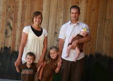 lycklig stående för familj Royaltyfri Bild
