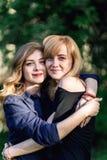 lycklig stående för familj dotter som kramar modern Arkivfoto