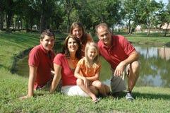 lycklig stående för familj fem fotografering för bildbyråer