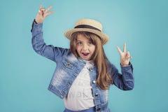 lycklig stående för flicka royaltyfria bilder