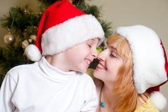 lycklig stående för julfamilj Arkivbild