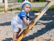 lycklig stående för pojke Arkivbild