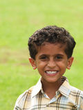 lycklig stående för pojke Arkivfoto