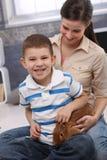 Lycklig stående med den älsklings- kaninen Arkivfoton