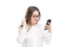 Lycklig stående och att le kvinnan som smsar på hennes smarta telefon, isolerad vit bakgrund svart telefon för kommunikationsbegr Royaltyfria Foton