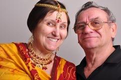 lycklig ståendepensionär för par Royaltyfria Foton