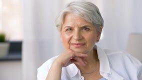 lycklig ståendepensionärkvinna arkivfilmer