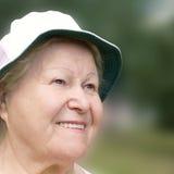 lycklig ståendepensionärkvinna Fotografering för Bildbyråer