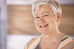lycklig ståendepensionärkvinna royaltyfri foto