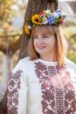 lycklig ståendeukrainarekvinna Arkivbilder