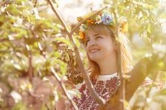lycklig ståendeukrainarekvinna Royaltyfri Foto