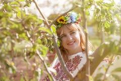 lycklig ståendeukrainarekvinna Royaltyfri Fotografi