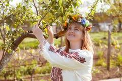 lycklig ståendeukrainarekvinna Arkivfoto