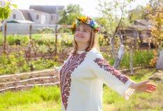 lycklig ståendeukrainarekvinna arkivbild
