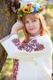 lycklig ståendeukrainarekvinna arkivfoton