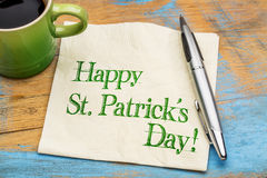 Lycklig St Patrick Day på servett Royaltyfri Foto
