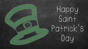 Lycklig St Patrick text med den gröna hatten på svart tavla Royaltyfria Bilder