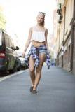 Lycklig stads- ung flicka som går i staden Fotografering för Bildbyråer