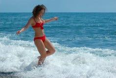 lycklig standkvinna för kust Royaltyfria Bilder