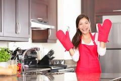 Lycklig stekhet matlagningkvinna Arkivfoton