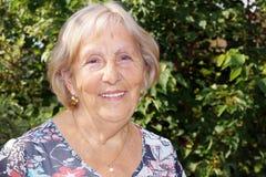 lycklig ståendepensionärkvinna Royaltyfri Fotografi