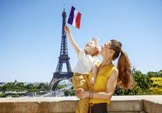 Lycklig stigande flagga för moder- och barnturister i Paris, Frankrike Royaltyfria Foton