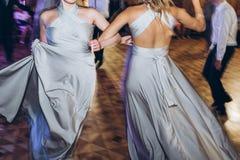 Lycklig stilfull brud och brudtärnor som dansar och har gyckel på oss arkivfoton