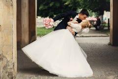 Lycklig stilig brudgum och blond härlig brud i vit klänning K Royaltyfri Fotografi