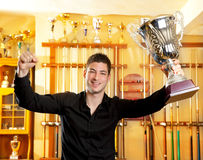 Lycklig stolt vinnareman med den stora trofésilverkoppen Royaltyfri Fotografi