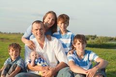 lycklig stor familj arkivbilder