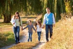 lycklig stor familj Familjebandbegrepp Arkivbild