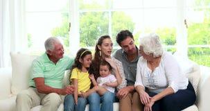 Lycklig storfamilj på soffan stock video